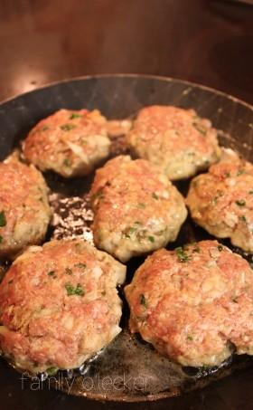 Frikadellen und Kartoffelsalat mit Lauchzwiebeln