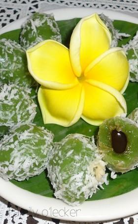 Klepon – süsse Bällchen mit Kokosraspeln