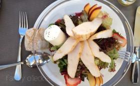 Sommersalat mit Himbeerdressing, Pouletstreifen und Ziegenkäse