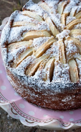 Weisser Schokoladenkuchen mit Kardamom und Äpfeln