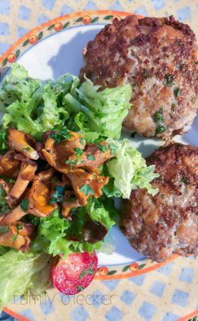 Bayerische Fleischpflanzerl mit Salat und Pfifferlingen